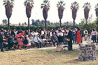 Grupo en el terreno para una ceremonia de dedicación